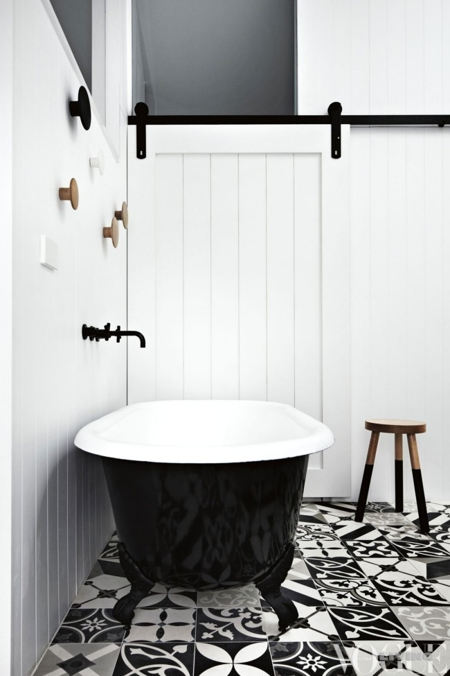 lacquer tub black and white bathroom