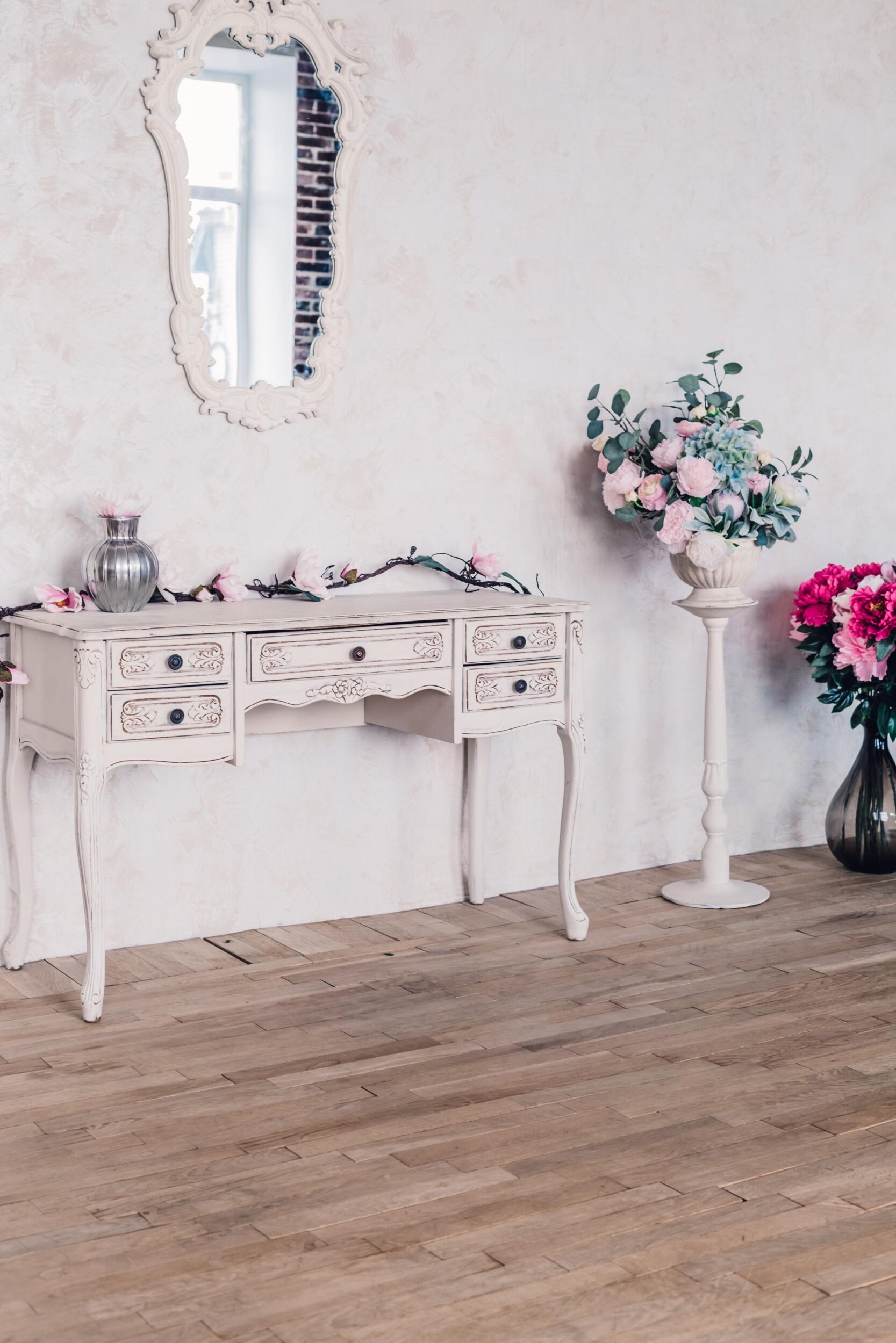Vintage wedding decor interior with flowers